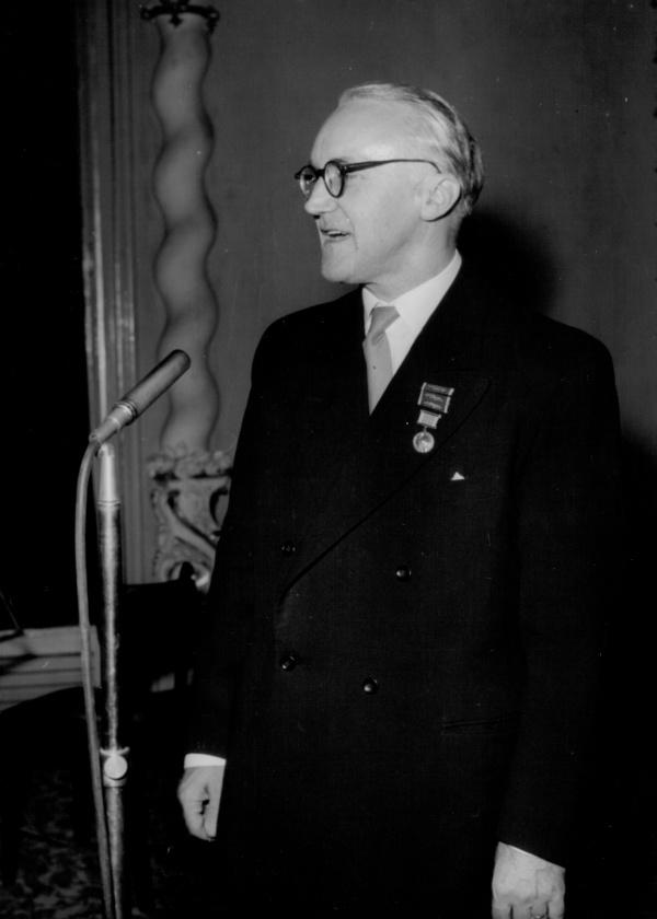 Eugen Suchoň pred premiérou Krútňavy v Kráľovskej flámskej opere so zástupcami úradov a tlače, Antverpy Belgicko 6. 4. 1968, foto: J. Teslík