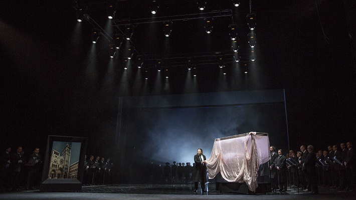 G. Verdi: Simon Boccanegra, Opera SND, 2016, Jozef Benci (Jacopo Fiesco), Zbor Opery SND, foto: Ctibor Bachratý