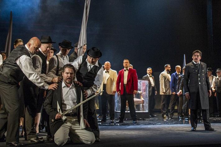 G. Verdi: Simon Boccanegra, Opera SND, 2016, Tomáš Juhás (Gabriele Adorno), Daniel Čapkovič (Simon Boccanegra), Zbor Opery SND, foto: Ctibor Bachratý
