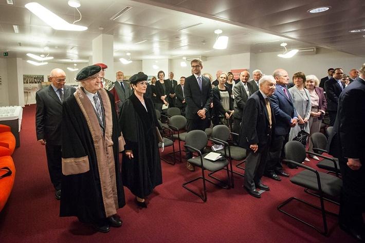Ján Valach pri prevzatí čestného akademického titulu Doctor honoris causa na pôde Stáleho zastúpenia SR pri EÚ v Bruseli