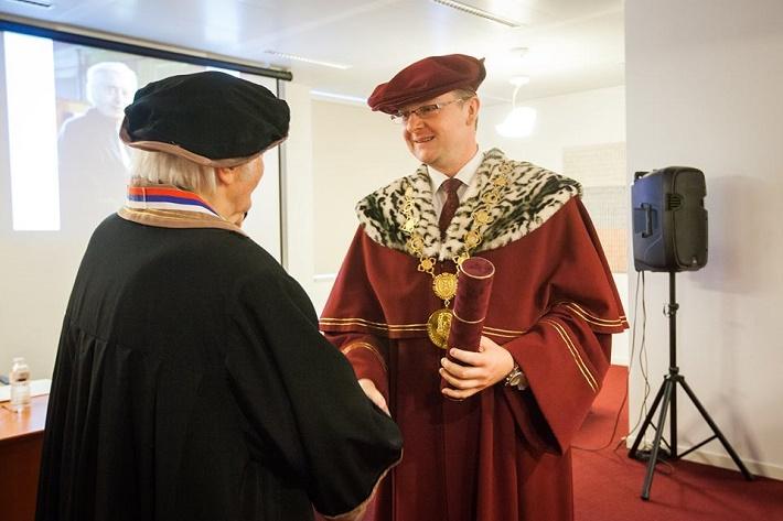 Ján Valach pri prevzatí čestného akademického titulu Doctor honoris causa z rúk rektora UMB BB Vladimíra Hiadlovského