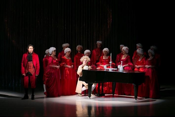 M. Lejava: Bohom milovaný, Opera ŠD Košice, 2016, Ivan Zvarík (Salieri), Maksym Kutsenko (Mozart), zbor Opery ŠD Košice, foto: Joseph Marčinský