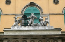 Pripomienka na premiéru Čarovnej flauty na divadle Theater an der Wien vo Viedni, autorom je maďarsko -rakúsky sochár Jacob Schroth