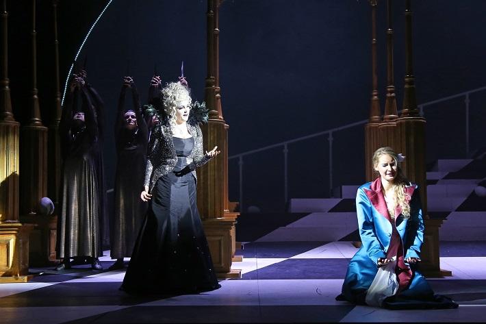 W. A. Mozart: Čarovná flauta, Štátna opera Banská Bystrica, 2016, Mariana Hochelová (Kráľovná noci), Michaela Popik Kušteková (Pamina), foto: Jozef Lomnický