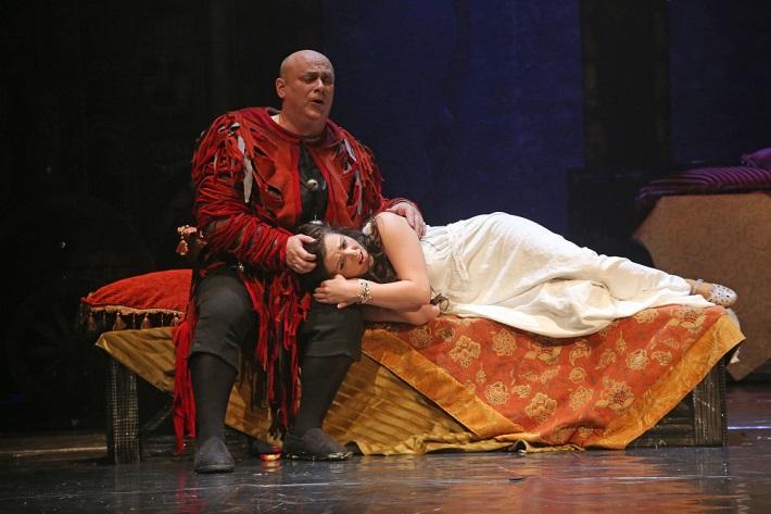 Giuseppe Verdi: Rigoletto, Štátna opera Banská Bystrica, 2015, Zoltán Vongrey (Rigoletto), Mariana Hochelová (Gilda), foto: Jozef Lomnický