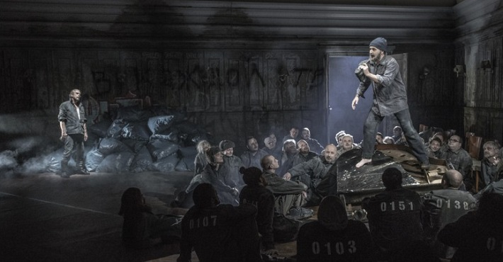 L. Janáček: Z mrtvého domu, ND Praha 2015, Štefan Margita (Luka Kuzmič), Josef Moravec (Skuratov), foto: Patrik Borecký