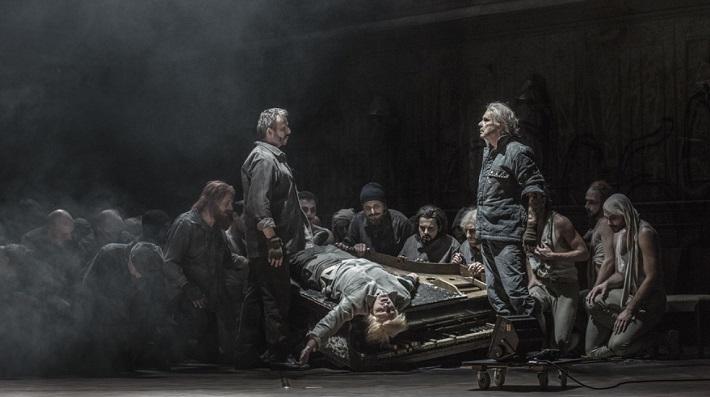 L. Janáček: Z mrtvého domu, ND Praha 2015, František Zahradníček (Gorjančikov), Michal Bragagnolo (Aljeja), Štefan Margita (Luka Kuzmič), foto: Patrik Borecký