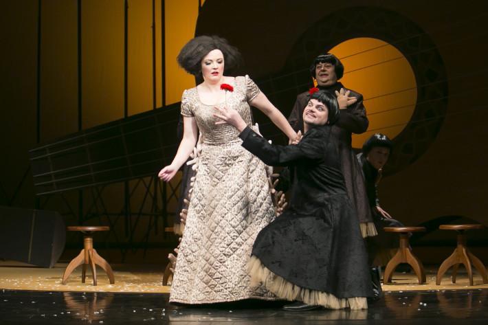 R. Strauss: Ariadna na Naxe, Opera Štátneho divadla Košice, 2014, M. Hochelová (Zerbinetta), M. Gurbaľ (Harlekin), V. Morys (Brighella), M. Onufer (Truffaldin), foto: Joseph Marčinský