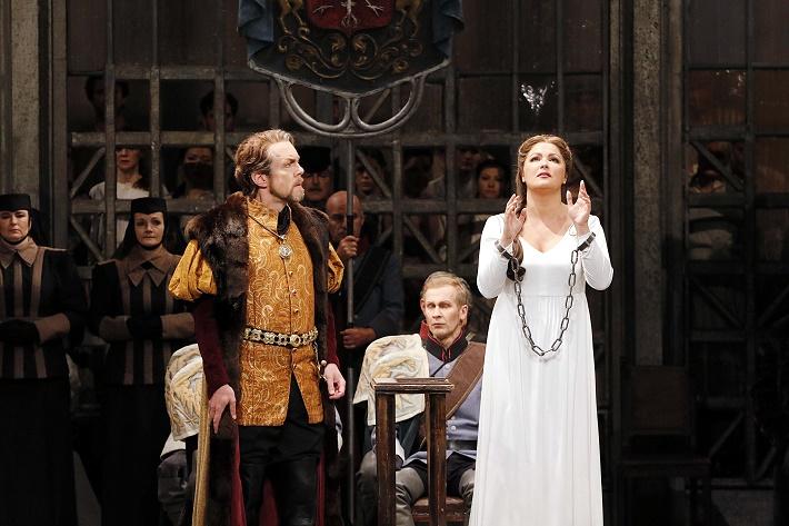R. Wagner: Lohengrin, Semperova opera Drážďany, 2016, Georg Zeppenfeld (Heinrich), Anna Netrebko (Elsa), foto: Daniel Koch
