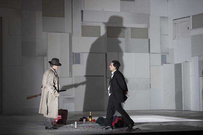 B. Martinů: Juliette, Štátna opera Berlín, 2016, Richard Croft (Komisár, Poštár, Strážnik lesa), Rolando Villazón (Michel), foto: Monika Rittershaus