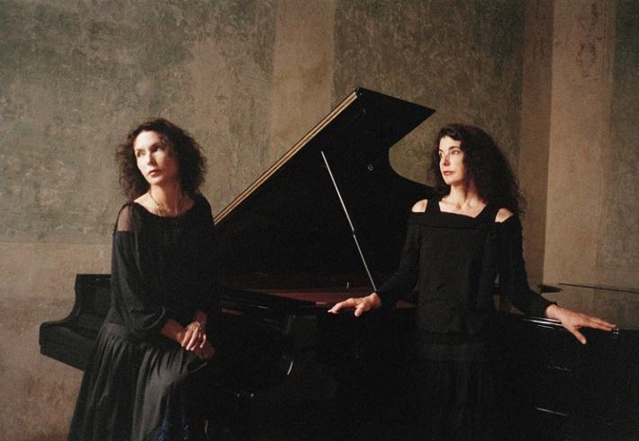 Sestry Katia a Marielle Labèqueové, foto: Brigitte Lacombe