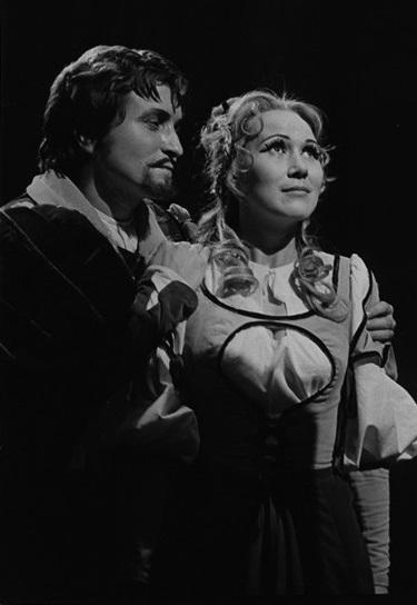 G. Verdi: Rigoletto, ŠD Ostrava, 1975, Jozef Ábel (Vojvoda), Mária Turňová (Gilda), foto: František Krasl (Archív DÚ Praha)