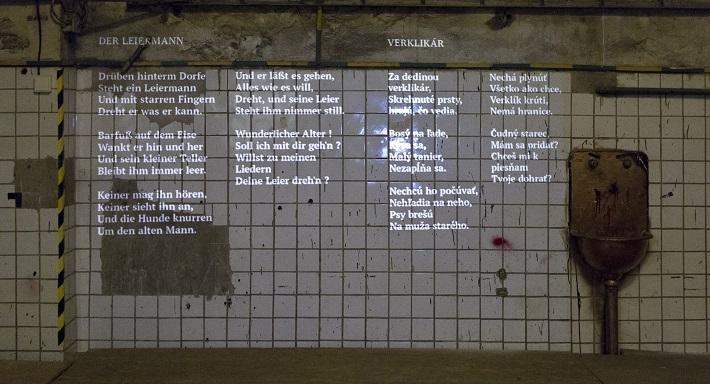 Unterreise, scénické naštudovanie piesní Franza Schuberta, 2016, súčasťou predstavenia sú aj samotné texty piesní, prezentované v origináli a v informatívnom preklade Petra Mazalána a Martiny Šimkovičovej, foto: Daša Barteková