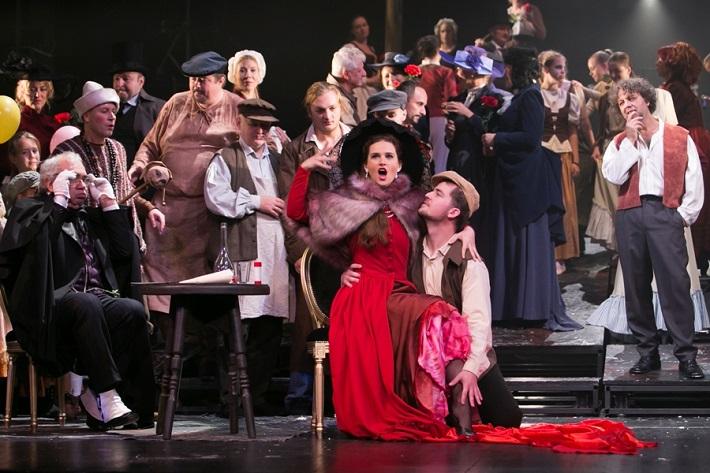 G. Puccini: Bohéma, Opera ŠD Košice, 2016, František Balún (Benoit), Aneta Hollá (Musetta), foto: Jozef Marčinský