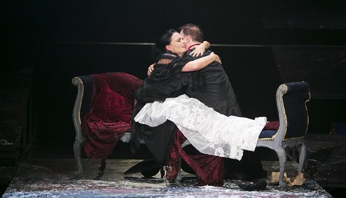 G. Puccini: Bohéma, Opera ŠD Košice, 2016, Lucie Kašpárková (Mimi), Jaroslav Dvorský (Rodolfo), foto: Jozef Marčinský