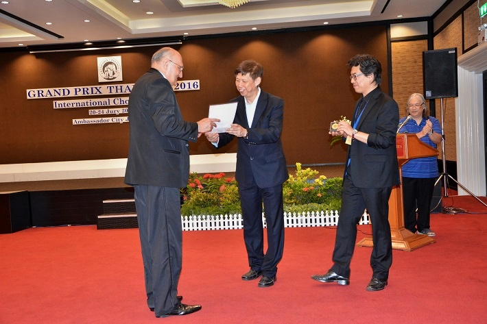Marián Vach preberá zlatú medailu na 9. Grand Prix Thailand v Ambassador City Jomtien v meste Pattaya, 2016, foto: Festa Musicale