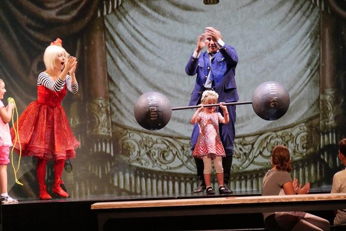 Nepredajme nevestu!, Opera SND, 2016, úprava opery B. Smetanu Predaná nevesta, Miriam Maťašová (Esmeralda), Martin Vanek (Rozprávač), foto: Alena Klenková