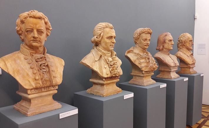 Repliky búst z budovy SND na výstave Mestské divadlo v Prešporku v Galérii mesta Bratislavy, 2016, J. W. Goethe, W. A. Mozart, J. Katona, F. Liszt, W. Shakespeare, foto: Ľudovít Vongrej