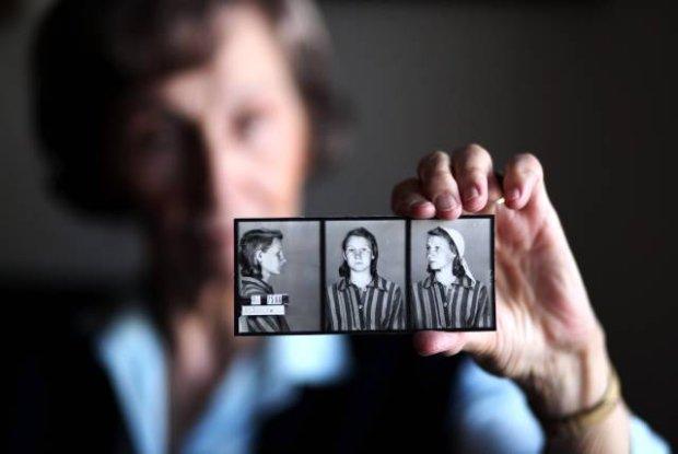 Zofia Posmysz so svojou fotografiou z koncentračného tábora