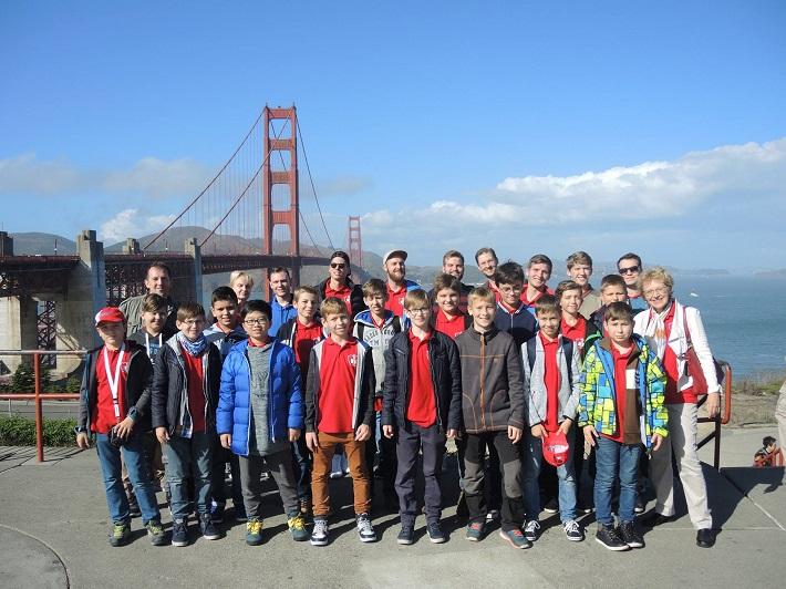 Bratislavský chlapčenský zbor v USA, 2016, BChZ pred mostom Golden Gate, foto: BChZ