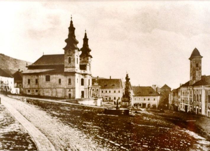 Kremnický kostol a kláštor františkánov (vpravo) a dnes už neexistujúci farský kostol Blahoslavenej Panny Márie (asanovaný v roku 1880) - hlavné miesta pôsobenia Antona Aschnera