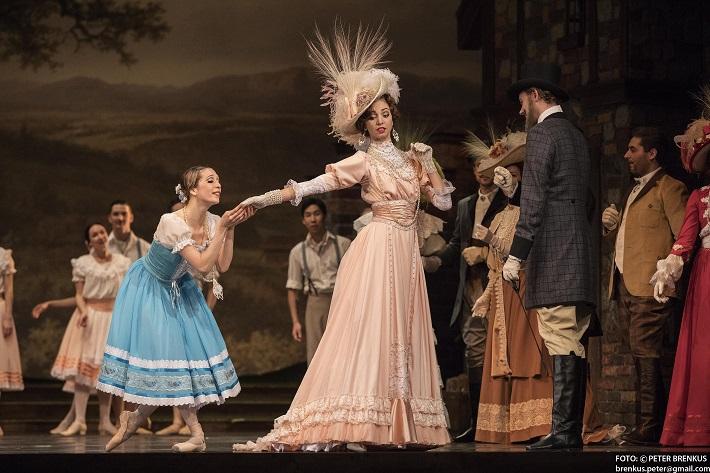 Adolphe Charles Adam: Giselle, Balet SND, 2016, Luana Brunetti (Giselle), Viola Mariner (Bathilda), foto: Peter Brenkus