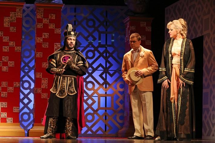 F. Lehár: Zem úsmevov, Štátna opera, 2016, Matúš Bujňák (Čang), Anton Baculík (Gustáv), Katarína Procházková (Líza), foto: Jozef Lomnický