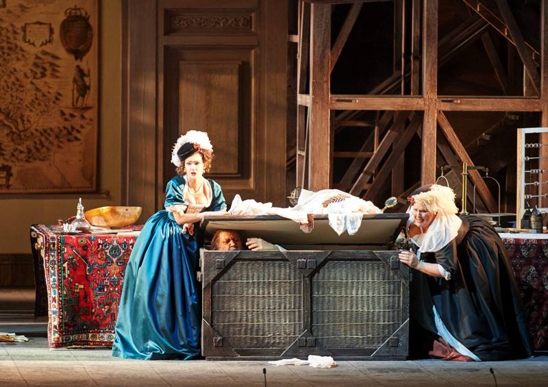 G. Verdi: Falstaff, Viedenská štátna opera, 2016, Lilly Jørstad (Meg Page), Ambrogio Maestri (Falstaff), Marie-Nicole Lemieux (Mrs. Quickly), foto: Michael Pöhn