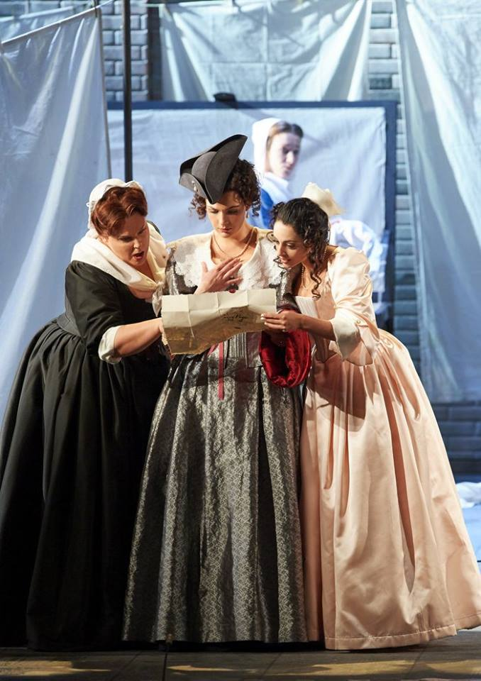 G. Verdi: Falstaff, Viedenská štátna opera, 2016, Marie-Nicole Lemieux (Mrs. Quickly), Lilly Jørstad (Meg Page), Hila Fahima (Nannetta), foto: Michael Pöhn