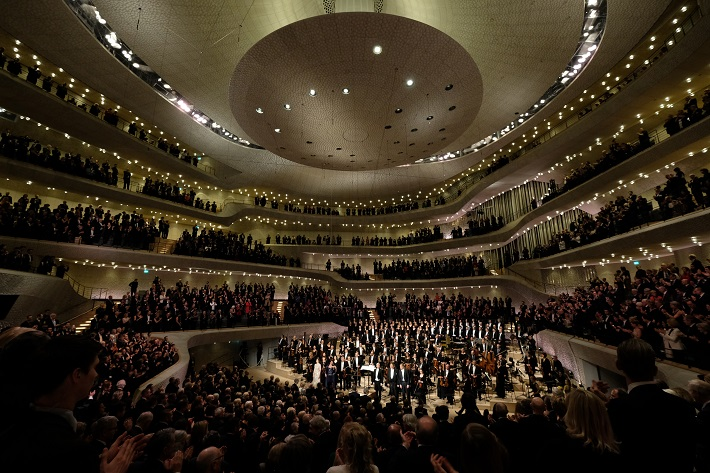 Otvárací koncert Elbphilharmonie Hamburg, 2016, záverečná klaňačka, foto: Michael Zapf