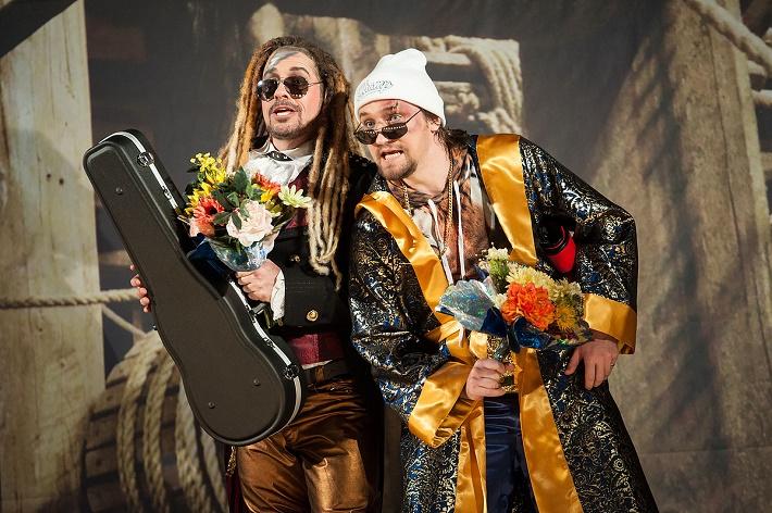 W. A. Mozart: Così fan tutte, Bühnen Halle, 2016, Michael Smallwood (Ferrando), Pavol Kubáň (Guglielmo), foto: Bühnen Halle