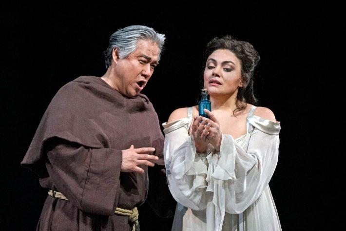 Kwangchul Youn (Frère Laurent) and Ailyn Pérez (Juliette)